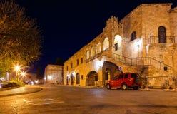 Mittelalterliche Allee nachts, eine Kopfsteinstraße in Rhodes Citadel, Griechenland Lizenzfreie Stockfotos