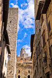Mittelalterliche Architektur von San Gimignano, von Türmen und von Häusern in der schmalen Straße, Toskana lizenzfreie stockfotos