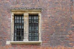 Mittelalterliche Backsteinmauer mit großem Fenster Stockfotografie