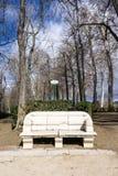 Mittelalterliche Bank im Park Stockbild