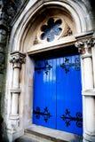 Mittelalterliche blaue Haustür Stockfoto