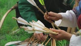 Mittelalterliche Bogenschützen bereiten die Pfeile vor und sitzen auf stock video