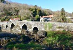 Mittelalterliche Bogensteinbrücke, Dorf Camino Des Santiago Ponte Maceira, Coruna, Spanien lizenzfreies stockfoto
