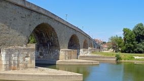 Mittelalterliche Brücke über der Donau in Regensburg lizenzfreies stockfoto