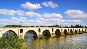 Mittelalterliche Brücke über Fluss Duero Lizenzfreie Stockfotos