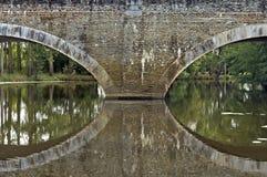 Mittelalterliche Brücke auf Fluss das Evre in Loire Valley Lizenzfreie Stockfotos