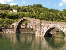 Mittelalterliche Brücke in Italien Stockfotografie