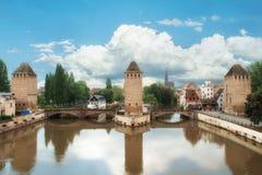 Mittelalterliche Brücke Ponts Couverts Straßburgs und Kathedrale lizenzfreie stockbilder