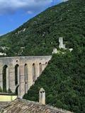 Mittelalterliche Brücken- und Schlossruinen auf Berg versehen mit Seiten Stockfotos