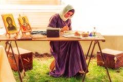 Mittelalterliche Dame malend im Freien Stockfotos