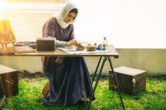 Mittelalterliche Dame malend im Freien Lizenzfreies Stockfoto