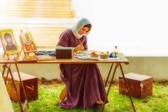 Mittelalterliche Dame malend im Freien Stockbild