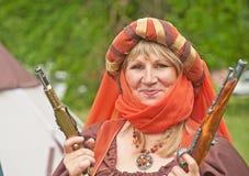 Mittelalterliche Dame mit zwei Pistolen Stockfotografie