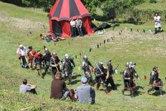 Mittelalterliche füßige Ritter, Kampf stockbilder