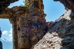 Mittelalterliche Felsenfestung in den Nord-Ossetien Alania, Russland, Dzivgis-Dorf stockbild