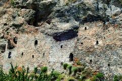 Mittelalterliche Felsenfestung in den Nord-Ossetien Alania, Russland, Dzivgis-Dorf stockfotos