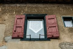 Mittelalterliche Fenster in Carcassonne die verstärkte mittelalterliche Zitadelle gelegen in der französischen Stadt von Carcasso stockbilder