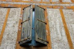 Mittelalterliche Fenster in Carcassonne die verstärkte mittelalterliche Zitadelle gelegen in der französischen Stadt von Carcasso lizenzfreie stockbilder
