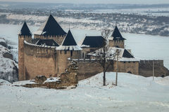 Mittelalterliche Festung Khotyn in West-Ukraine unter dem Schnee Lizenzfreie Stockfotos
