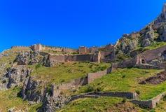 Mittelalterliche Festung von Acrocorinth oben auf dem Hügel Stockfotos