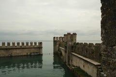 Mittelalterliche Festungswände in Sirmione, Italien stockfoto
