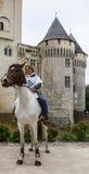 Mittelalterliche Frau, die ein Pferd reitet lizenzfreies stockbild