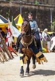 Mittelalterliche Frau, die ein Pferd reitet Lizenzfreie Stockfotos