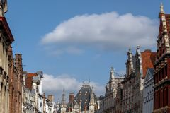 Mittelalterliche Gebäude vor dem hintergrund des Himmels Stockbilder
