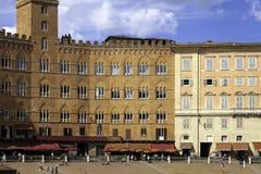 Mittelalterliche Gebäudefassade Siena Piazza del Campos Mutter mit zwei Töchtern Lizenzfreies Stockfoto