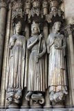 Mittelalterliche gotische Statuen auf Eintritt zu Eglise St Germain L ` Auxerrois in Paris Lizenzfreies Stockfoto