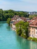 Mittelalterliche Häuser, welche die Banken des Aare-Flusses in Bern, Swit zeichnen Lizenzfreie Stockfotos