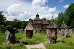Mittelalterliche hölzerne Kirche mit altem Bienenhaus, Ukraine, Pirogovo, Europa Lizenzfreie Stockfotos