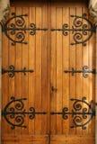 Mittelalterliche hölzerne Tür, Bearbeiteteisen Details Lizenzfreie Stockbilder