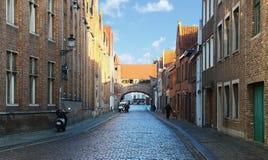Mittelalterliche historische Straße mit gotischer Architektur des ursprünglichen Ziegelsteines Stockfotografie