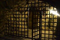 Mittelalterliche ironbars, die führen, um gefangenzusetzen lizenzfreie stockfotos
