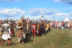 Mittelalterliche Kampfshow Voinovo Pole (das Feld der Krieger) Lizenzfreie Stockfotografie