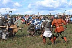 Mittelalterliche Kampfshow Voinovo Pole (das Feld der Krieger) Stockbild
