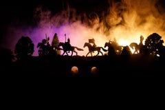Mittelalterliche Kampfszene auf Brücke mit Kavallerie und Infanterie Schattenbilder von Zahlen als unterschiedlichen Gegenständen lizenzfreie stockfotos