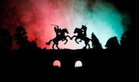 Mittelalterliche Kampfszene auf Brücke mit Kavallerie und Infanterie Schattenbilder von Zahlen als unterschiedlichen Gegenständen lizenzfreies stockbild