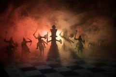 Mittelalterliche Kampfszene mit Kavallerie und Infanterie auf Schachbrett SchachBrettspielkonzept von Geschäftsideen und Wettbewe lizenzfreie stockbilder