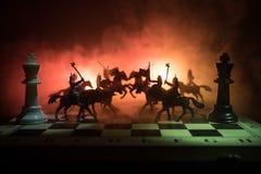 Mittelalterliche Kampfszene mit Kavallerie und Infanterie auf Schachbrett SchachBrettspielkonzept von Geschäftsideen und Wettbewe lizenzfreie stockfotografie