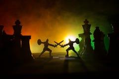 Mittelalterliche Kampfszene mit Kavallerie und Infanterie auf Schachbrett SchachBrettspielkonzept von Geschäftsideen und Wettbewe stockfotografie