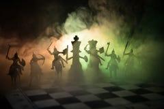 Mittelalterliche Kampfszene mit Kavallerie und Infanterie auf Schachbrett SchachBrettspielkonzept von Geschäftsideen und Wettbewe lizenzfreies stockfoto
