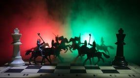 Mittelalterliche Kampfszene mit Kavallerie und Infanterie auf Schachbrett SchachBrettspielkonzept von Geschäftsideen und Wettbewe stockbild