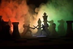 Mittelalterliche Kampfszene mit Kavallerie und Infanterie auf Schachbrett SchachBrettspielkonzept von Geschäftsideen und Wettbewe lizenzfreies stockbild