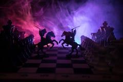Mittelalterliche Kampfszene mit Kavallerie und Infanterie auf Schachbrett SchachBrettspielkonzept von Geschäftsideen und Wettbewe lizenzfreie stockfotos