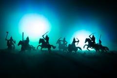 Mittelalterliche Kampfszene mit Kavallerie und Infanterie Schattenbilder von Zahlen als unterschiedlichen Gegenständen, Kampf zwi lizenzfreies stockbild