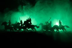 Mittelalterliche Kampfszene mit Kavallerie und Infanterie Schattenbilder von Zahlen als unterschiedlichen Gegenständen, Kampf zwi stockfotografie