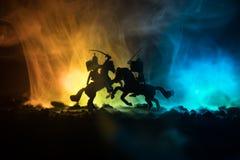Mittelalterliche Kampfszene mit Kavallerie und Infanterie Schattenbilder von Zahlen als unterschiedlichen Gegenständen, Kampf zwi lizenzfreie stockfotos