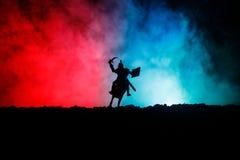 Mittelalterliche Kampfszene mit Kavallerie und Infanterie Schattenbilder von Zahlen als unterschiedlichen Gegenständen, Kampf zwi lizenzfreie stockfotografie